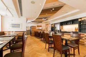 スタッフが駆け回るオープンキッチン。 そこから流れる調理の音や香りがお客さまとの一体感を生み出し、お食事の前から気分を盛り上げていきます。